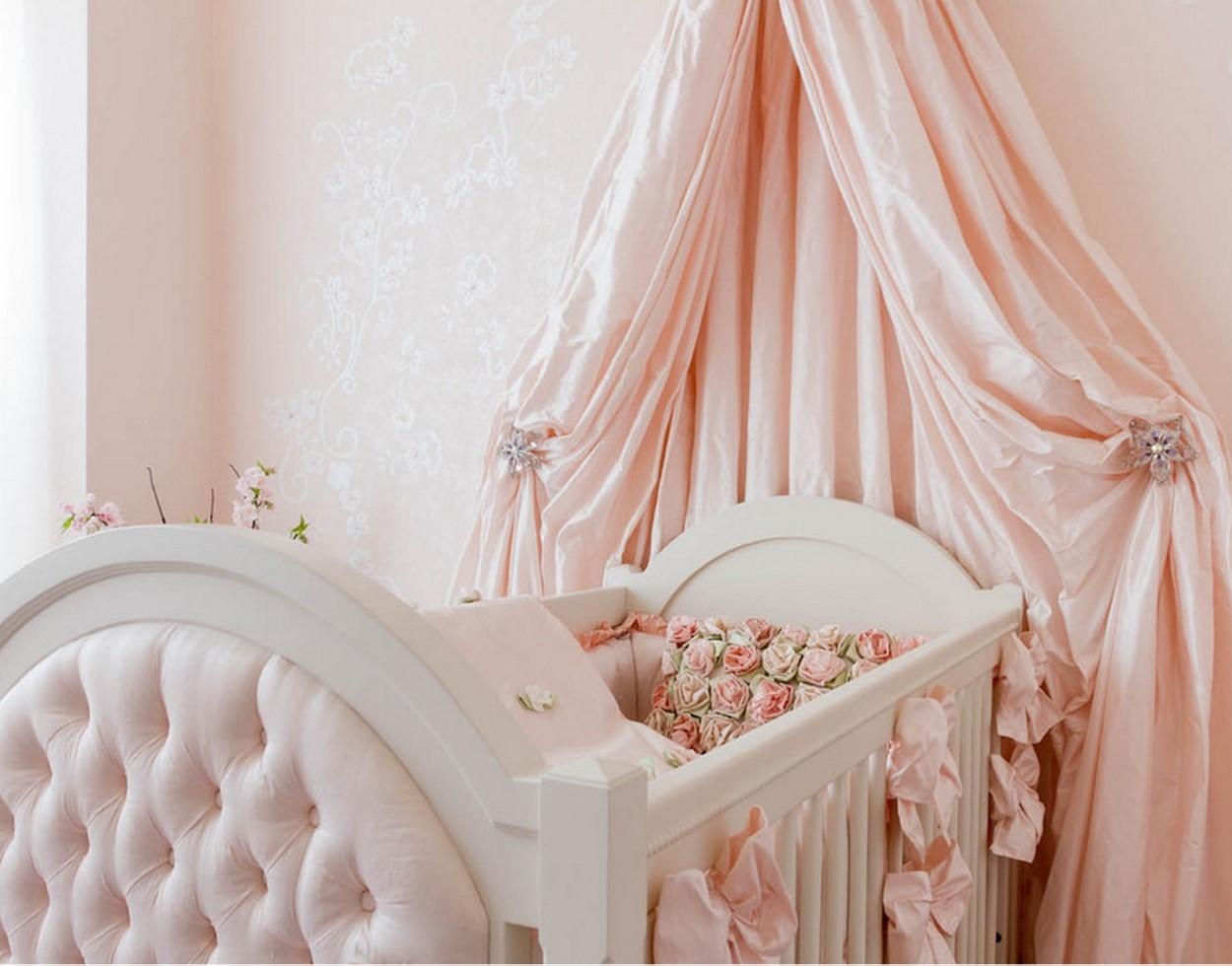 Розовый балдахин над детской кроватью