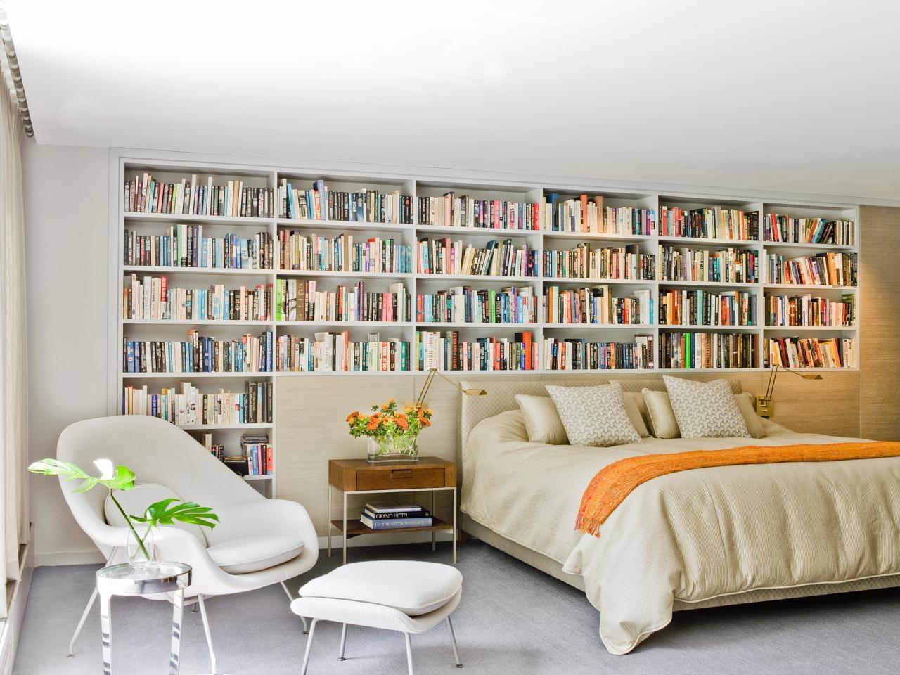 Книжные полки в оформлении спальни