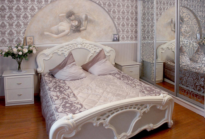 Сиреневое покрывало в оформлении кровати