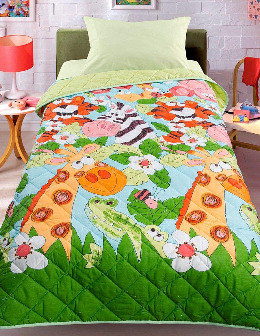 Разноцветное покрывало в оформлении детской кровати