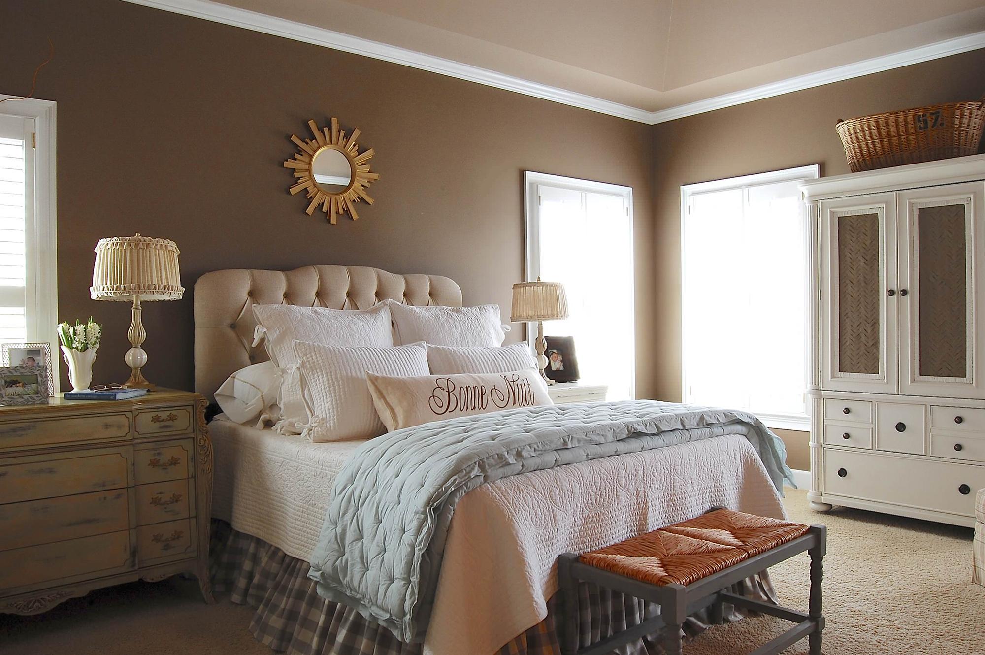 Красивое оформление изголовья кровати