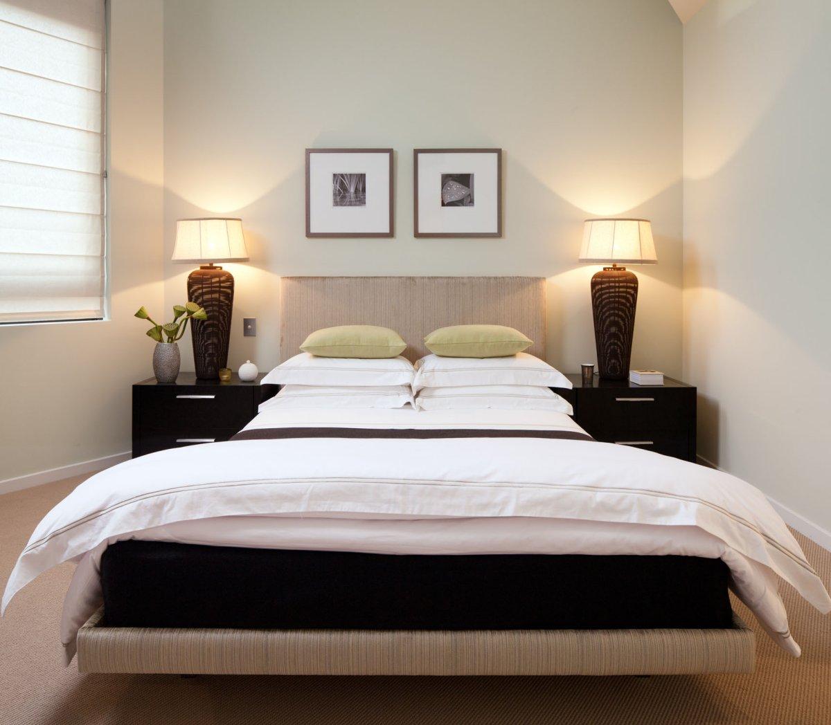 Небольшие картины в изголовье кровати