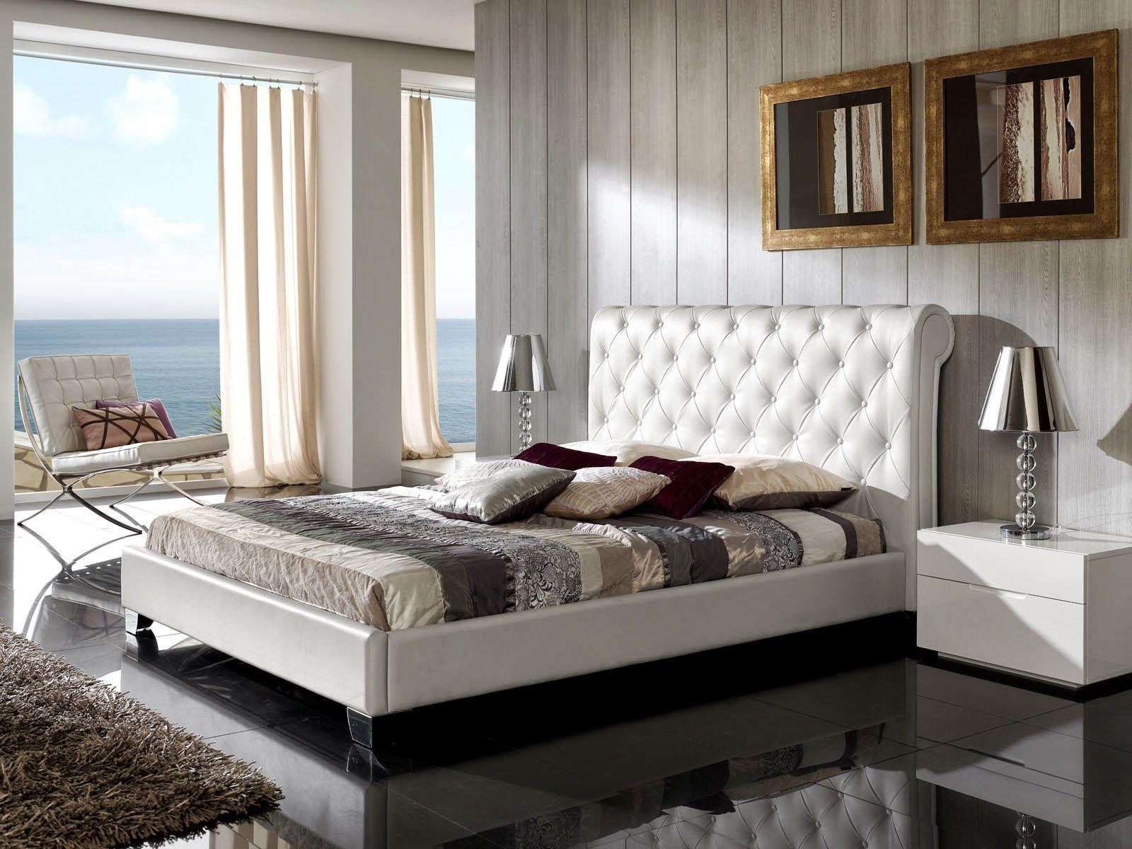 Белое мягкое изголовье кровати