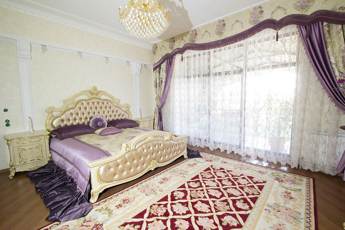 Сиренево-бежевое покрывало в оформлении кровати