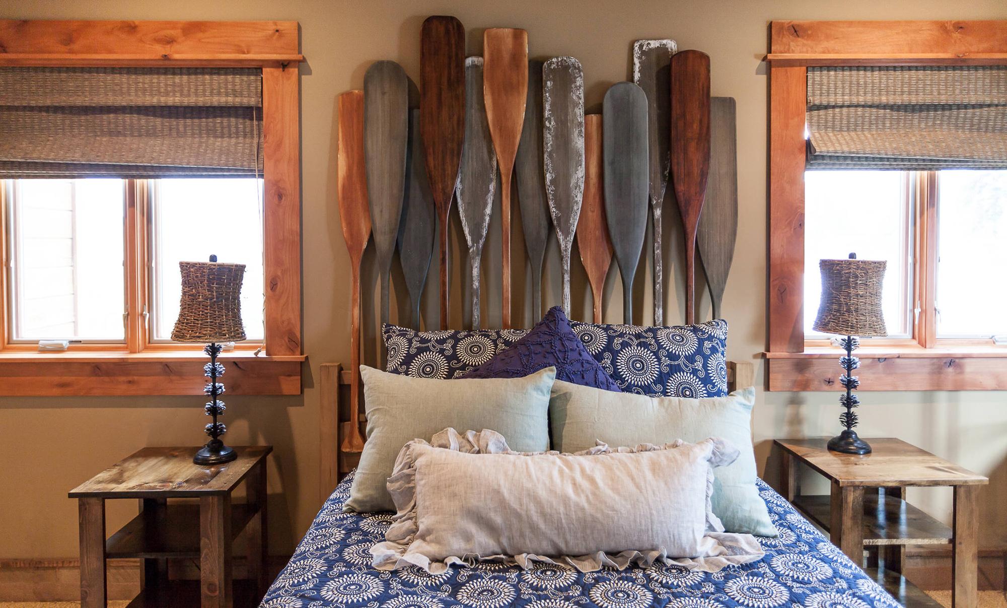 Изголовье кровати из деревянных весел