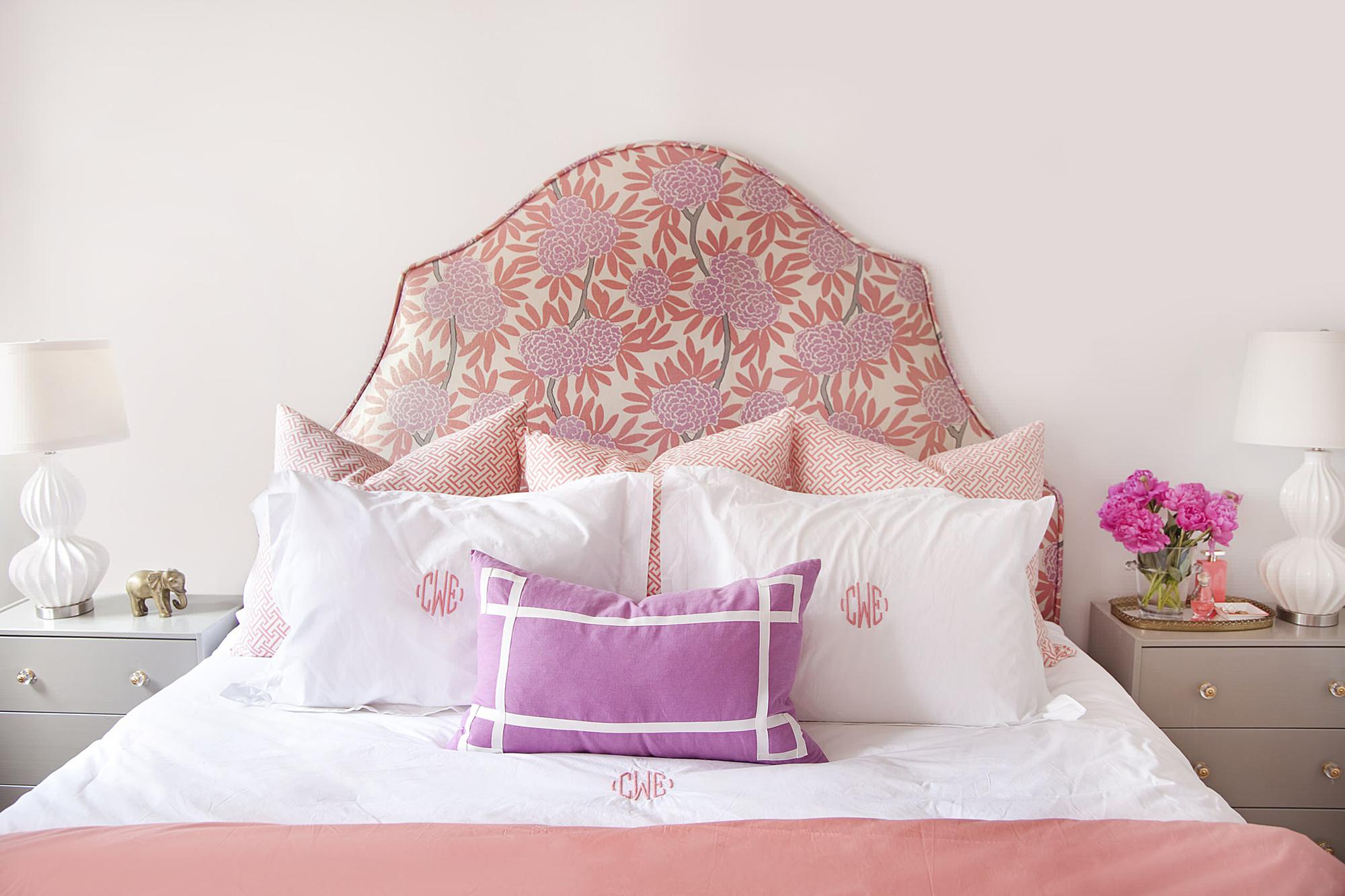 Мягкое изголовье кровати нежных цветов