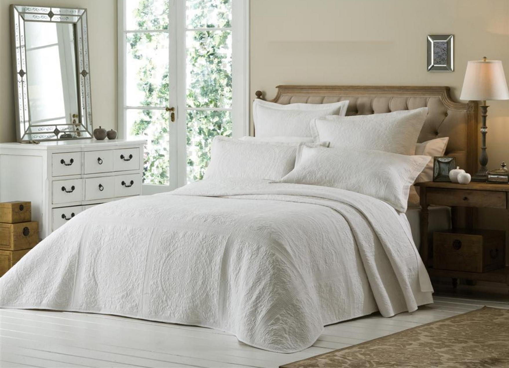 Белое покрывало в оформлении кровати