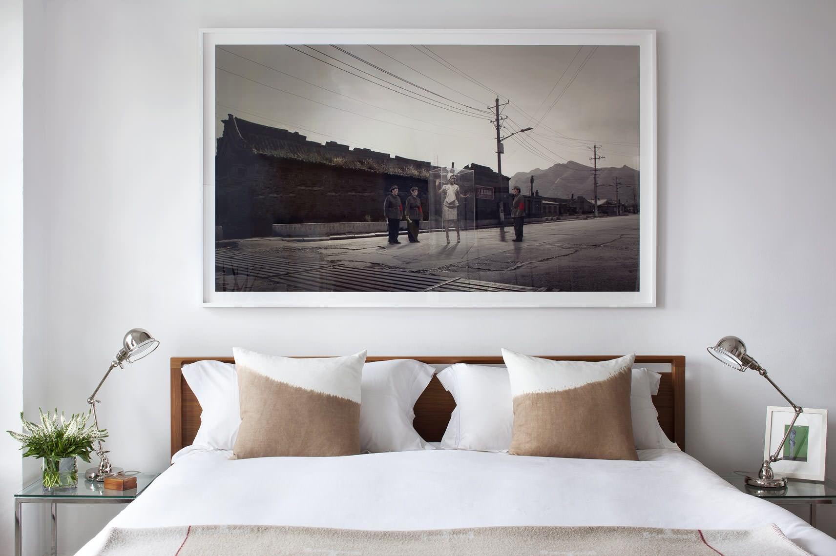 Большая картина в изголовье кровати