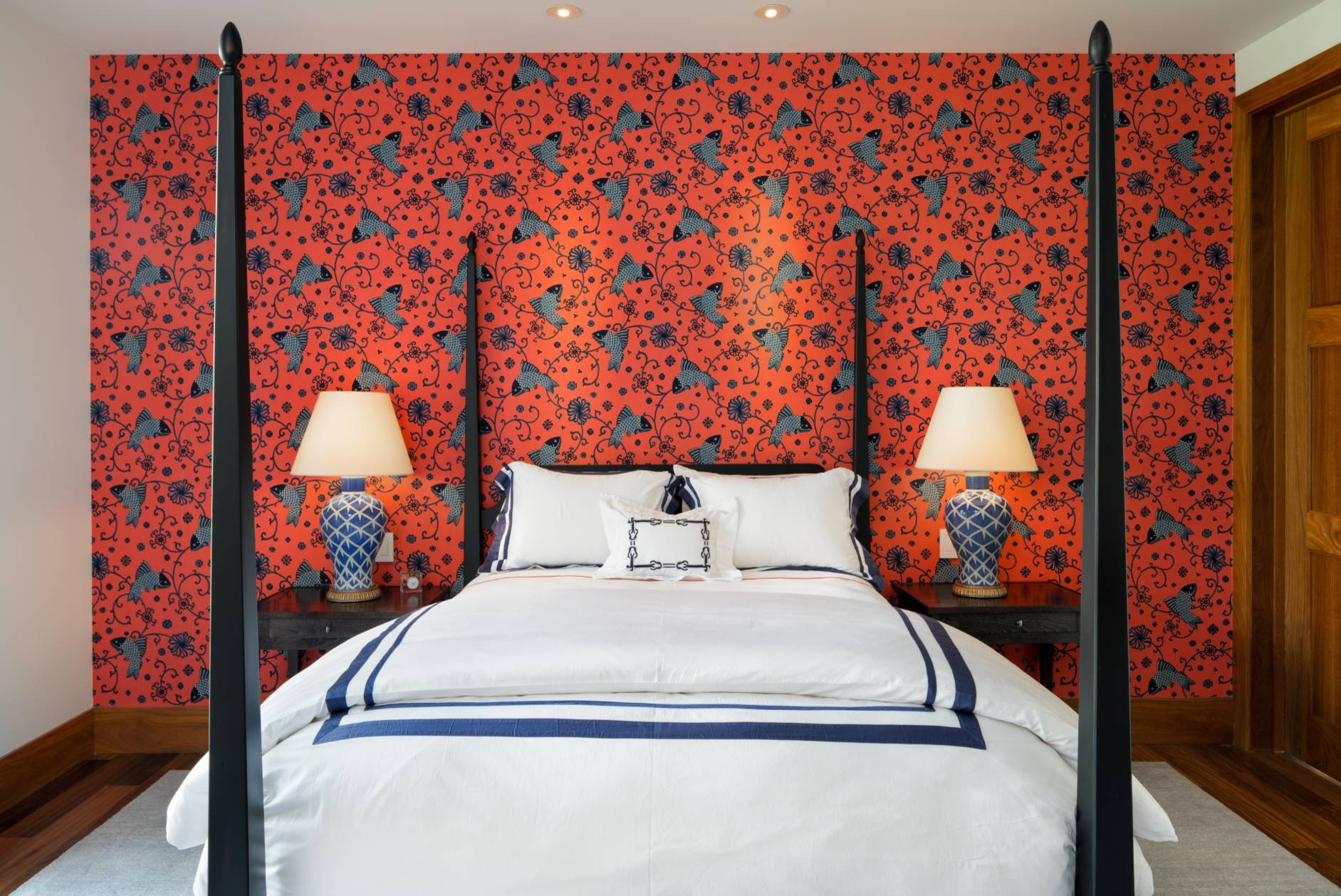 Цветочные обои со стороны изголовья кровати
