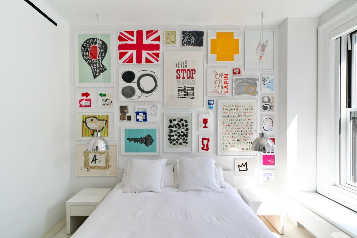 Обилие постеров в изголовье кровати