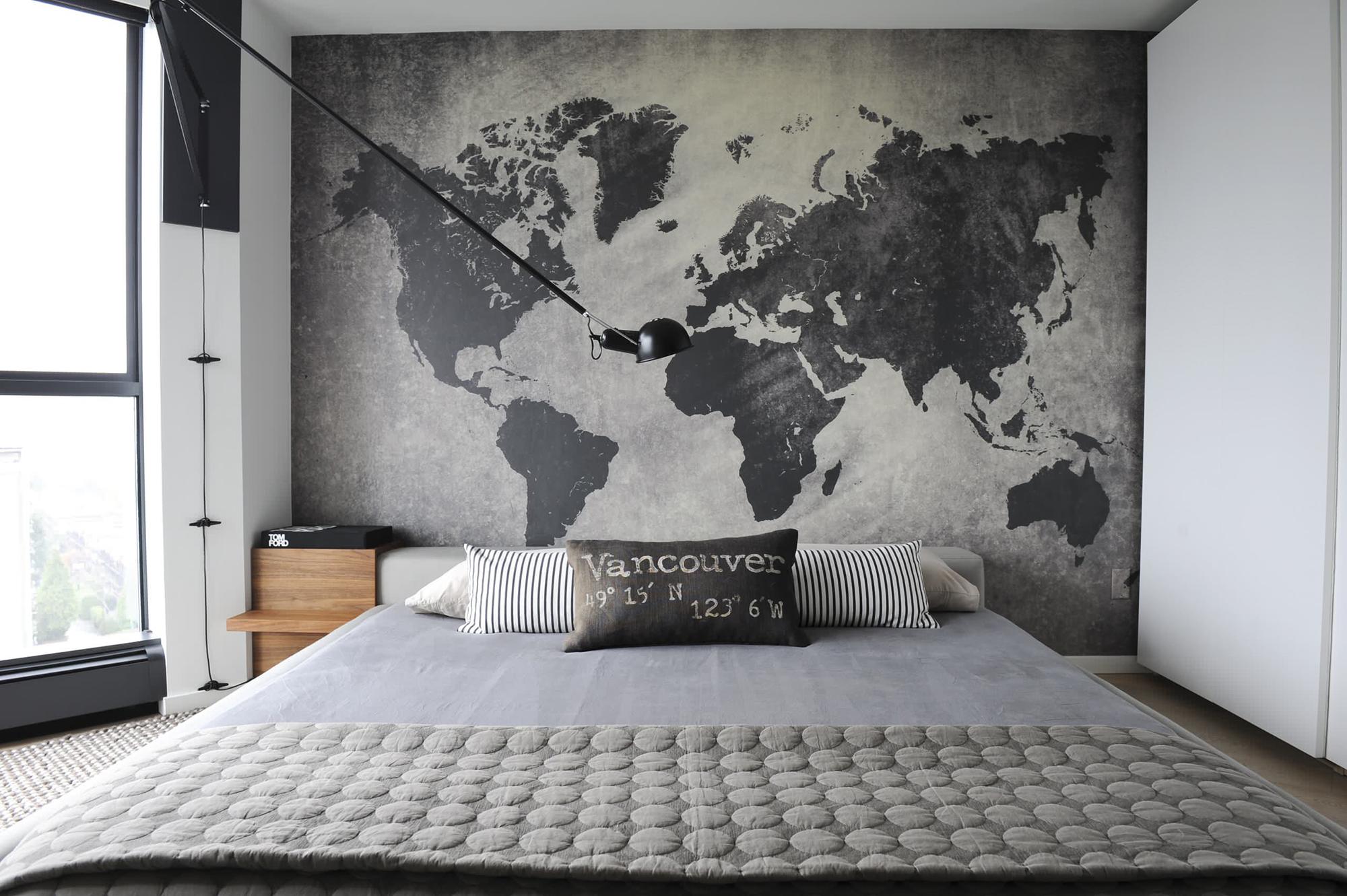 Карта на всю стену в изголовье кровати
