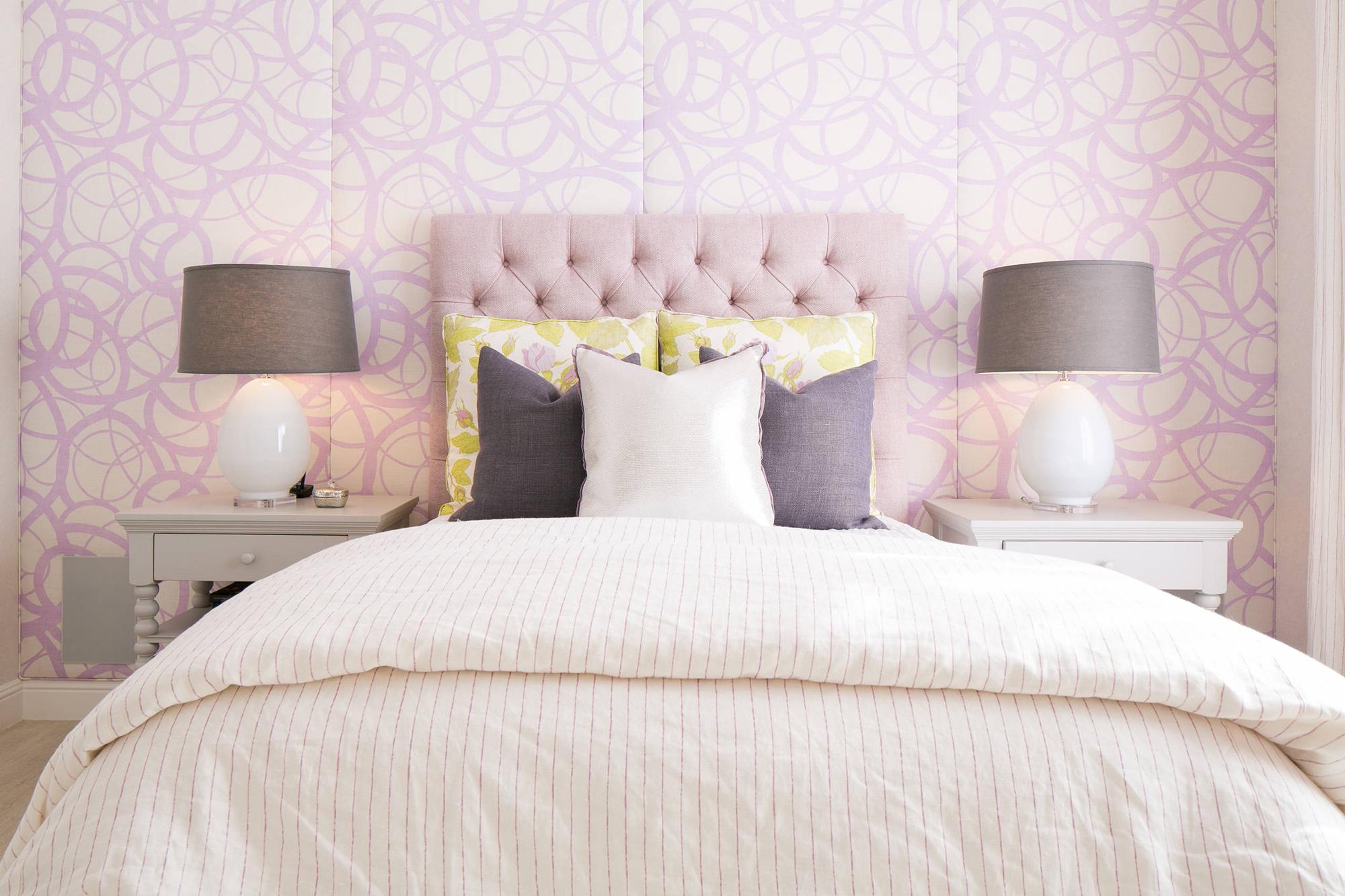 Розовое изголовье кровати