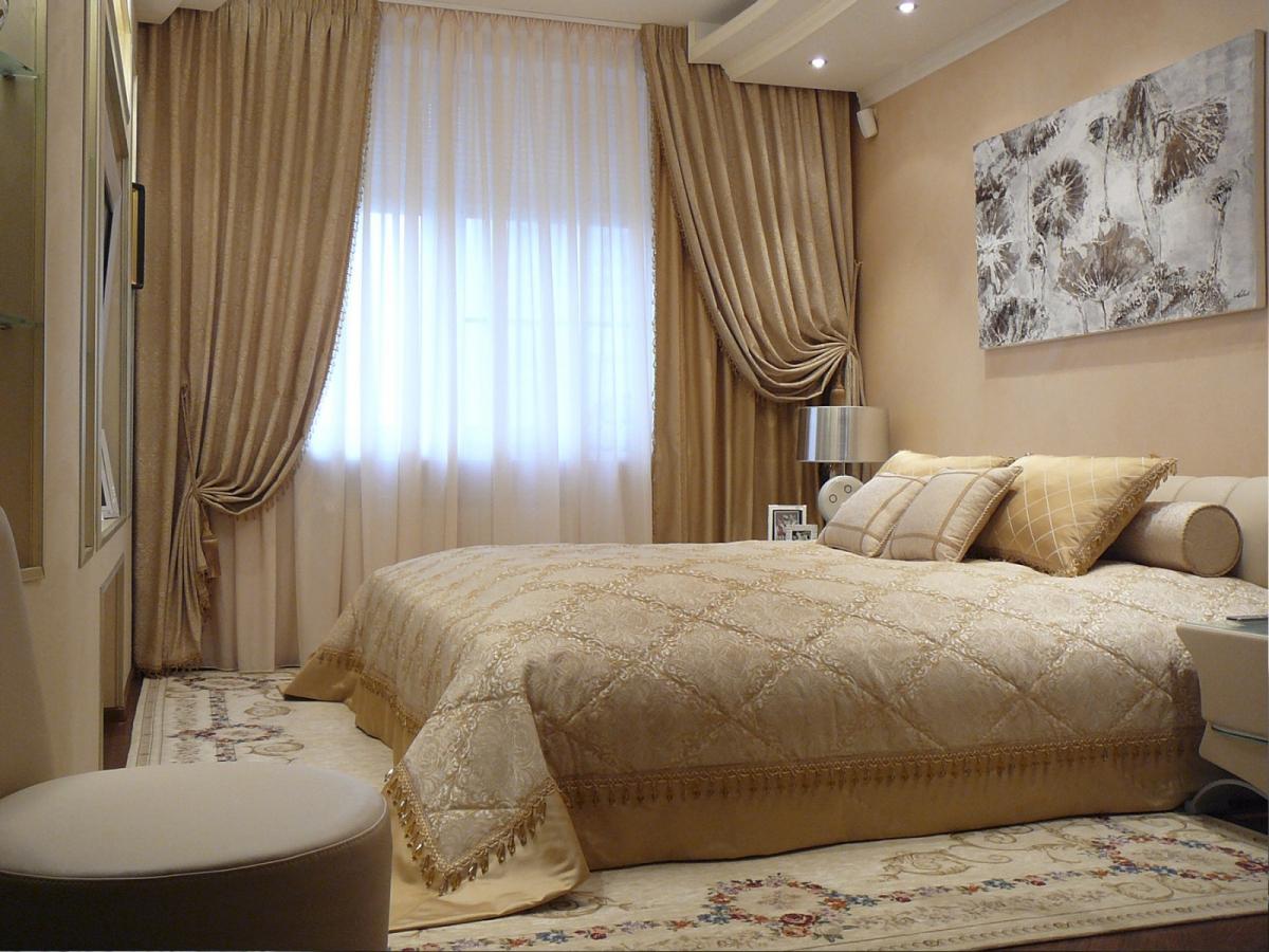 Бежево-золотое покрывало в оформлении кровати
