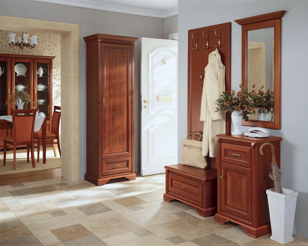Коричневая деревянная мебель в прихожей