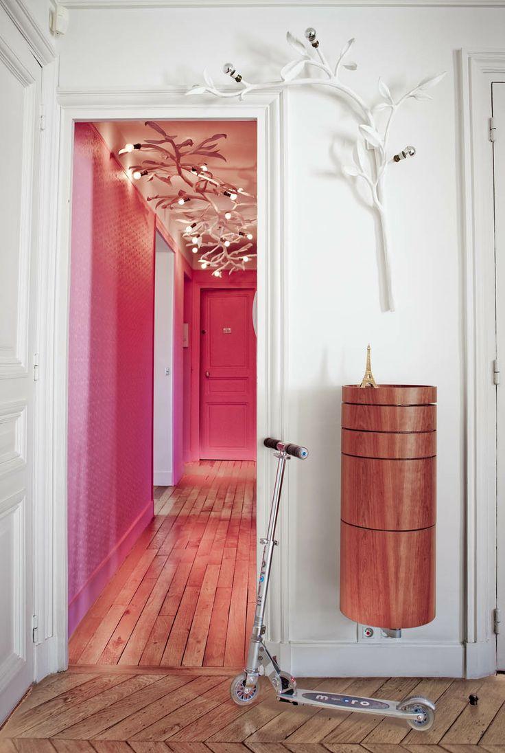 Розовая прихожая с необычными люстрами