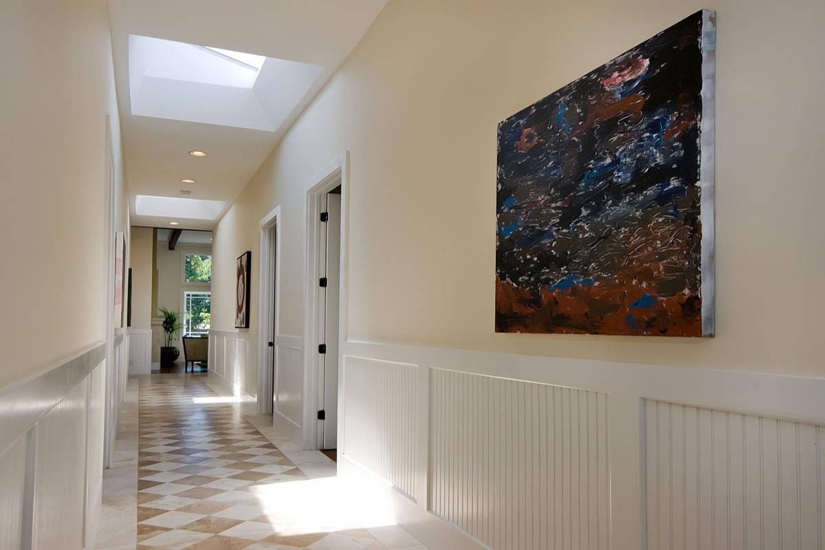 Яркая картина и бежево-белые стены в коридоре