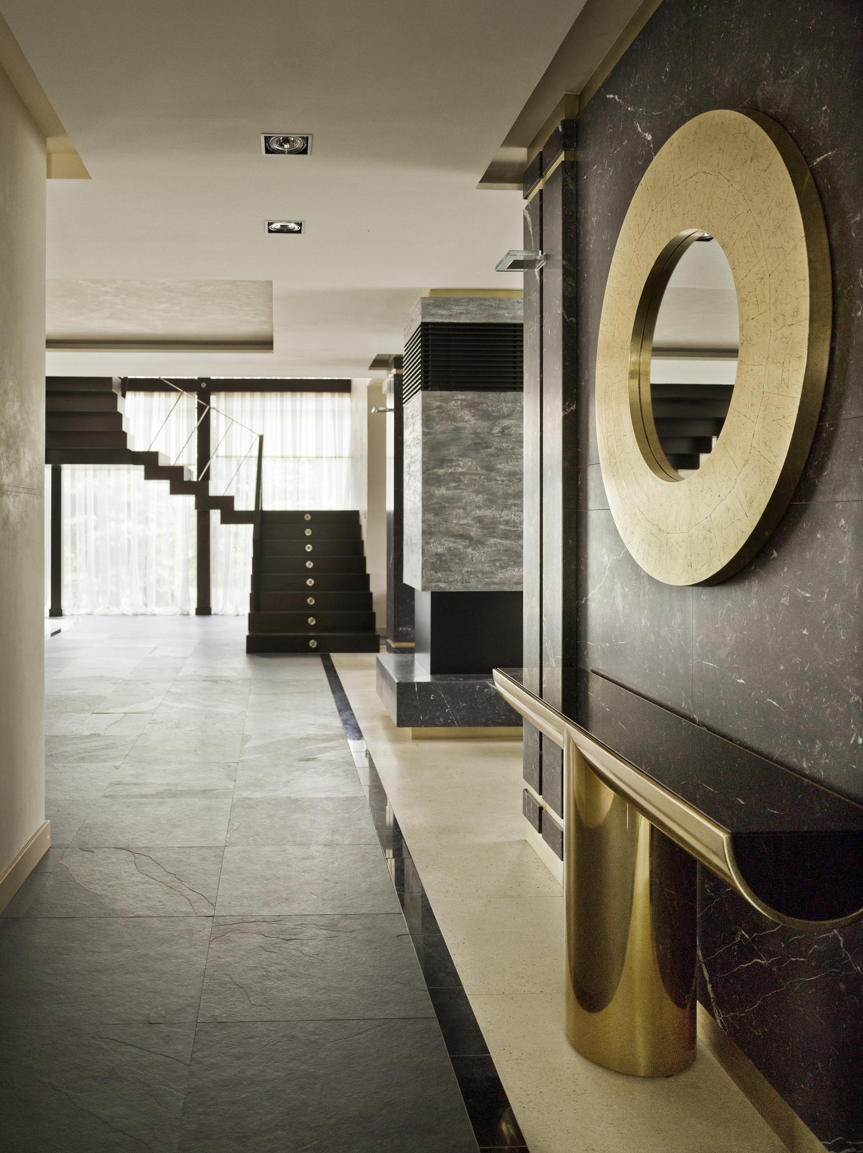 Черно-золотая мебель в прихожей в стиле арт-деко