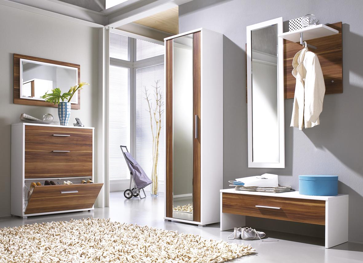 Коричнево-белая мебель в прихожей
