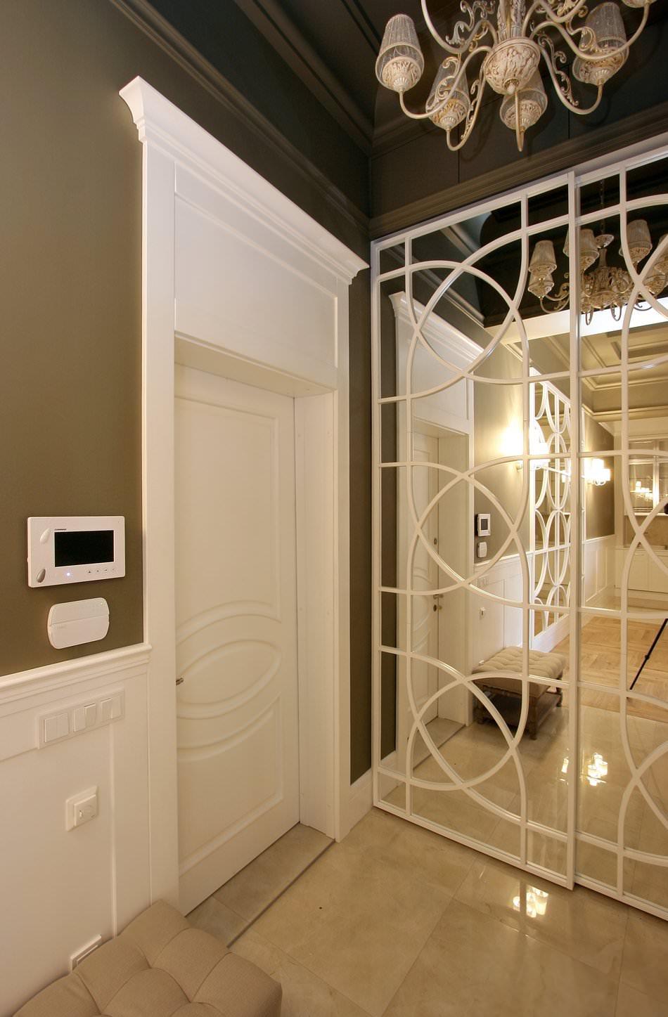 Зеркальный шкаф-купе в классической прихожей