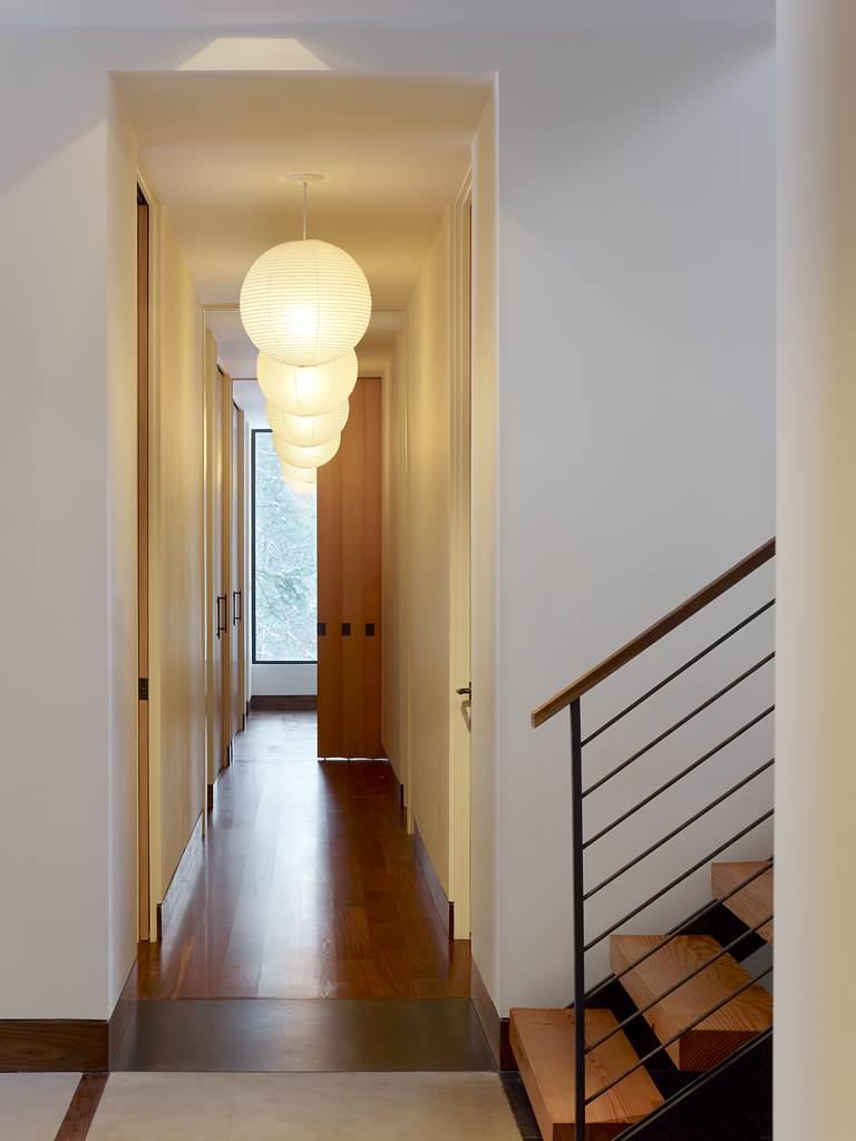 Круглые люстры в коридоре