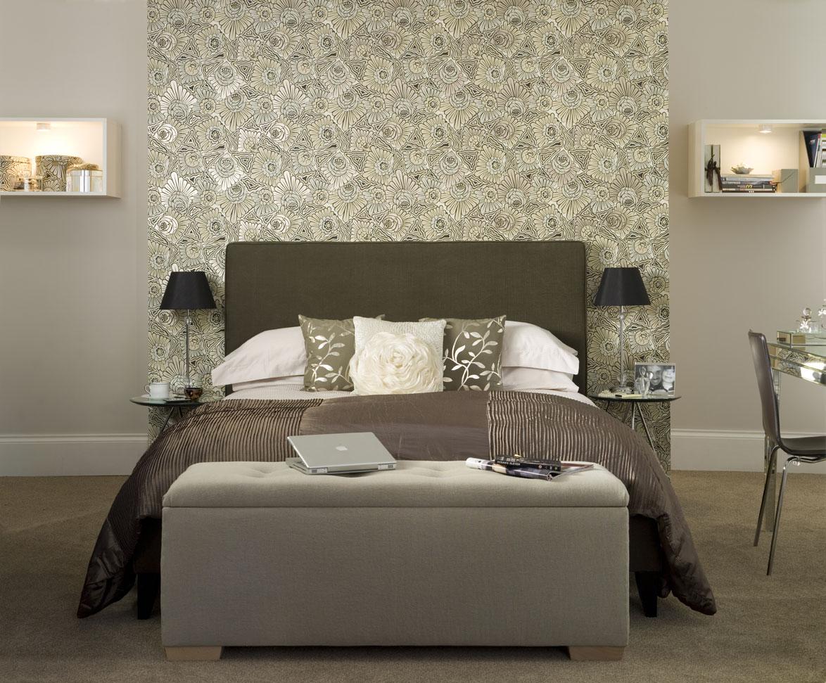 Темно-серая кровать и стеклянный стол в спальне