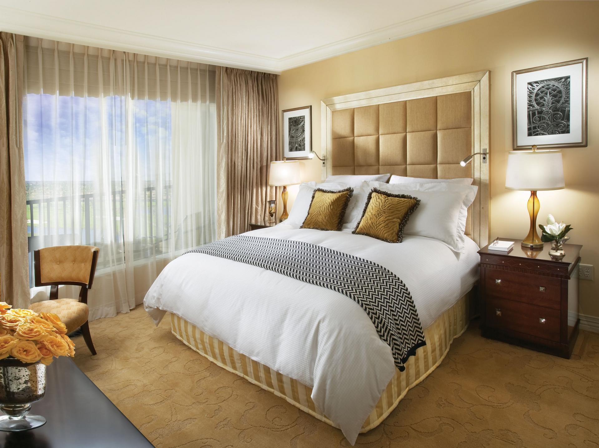 Белый, черный и песочный цвета в интерьере спальни