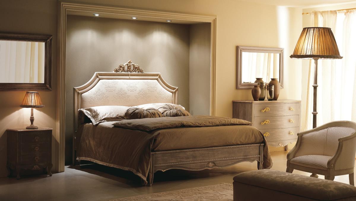 Коричнево-бежевая классическая спальня