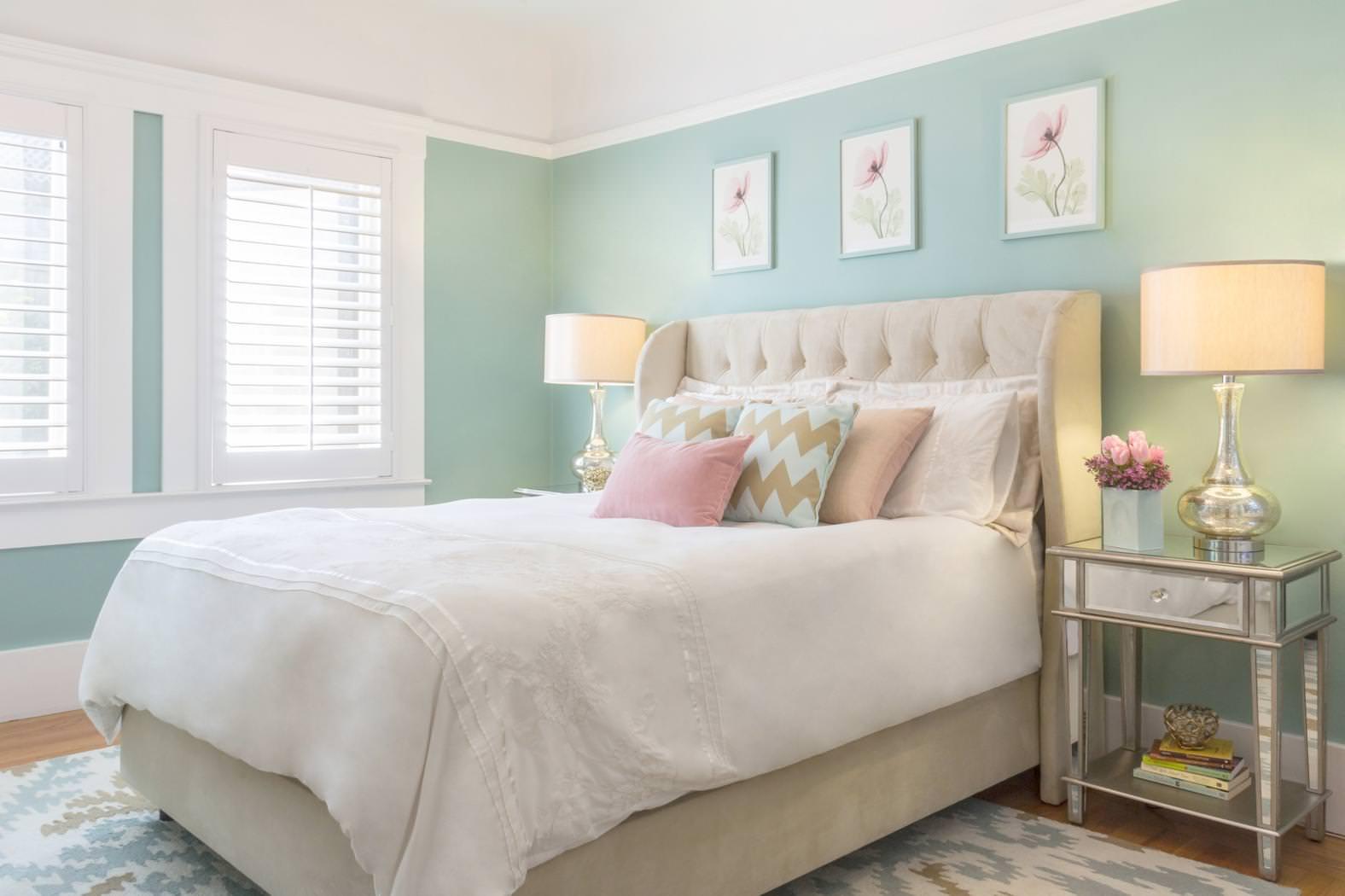 Светлая мебель для спальни в стиле арт-деко
