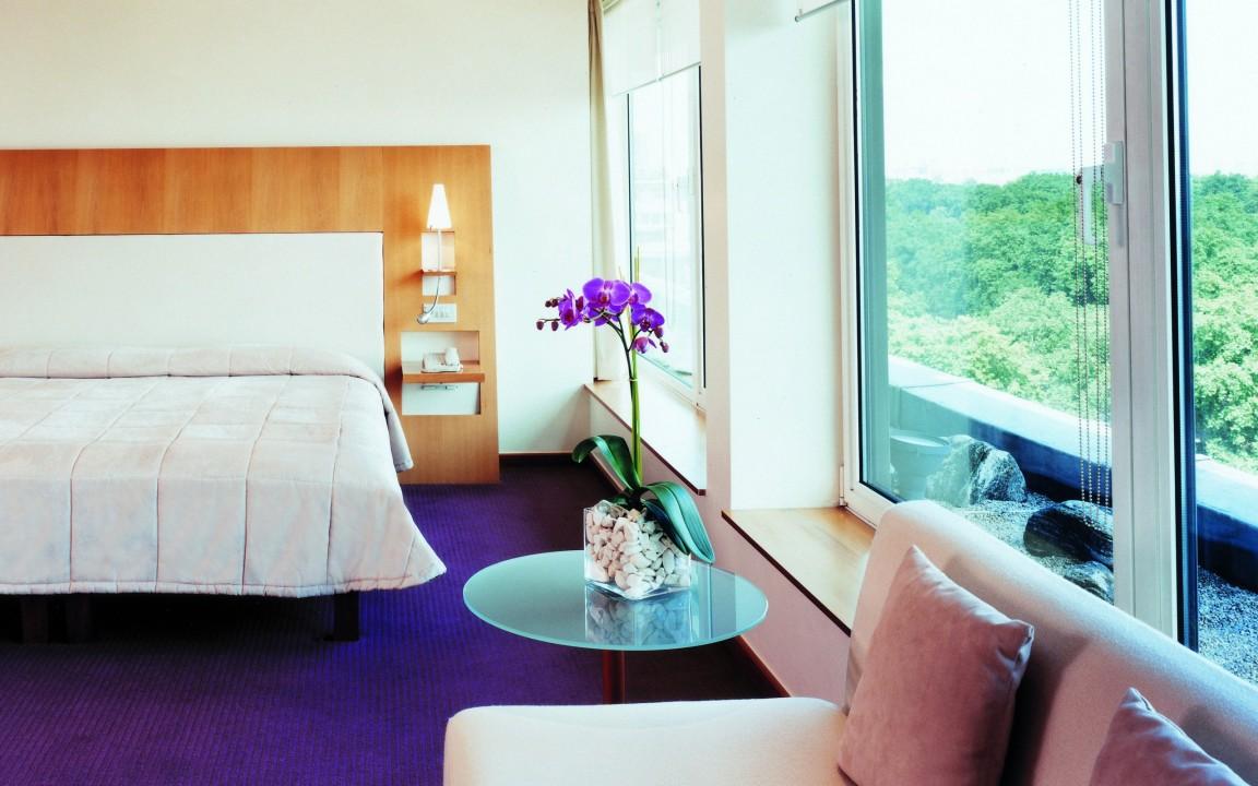 Орхидея в спальне