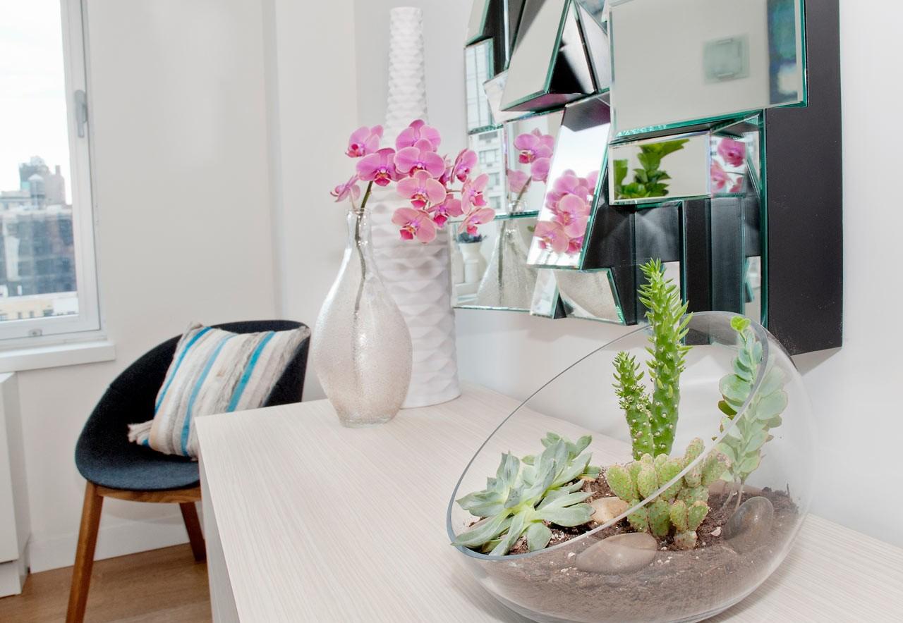 Красивая орхидея в интерьере гостиной
