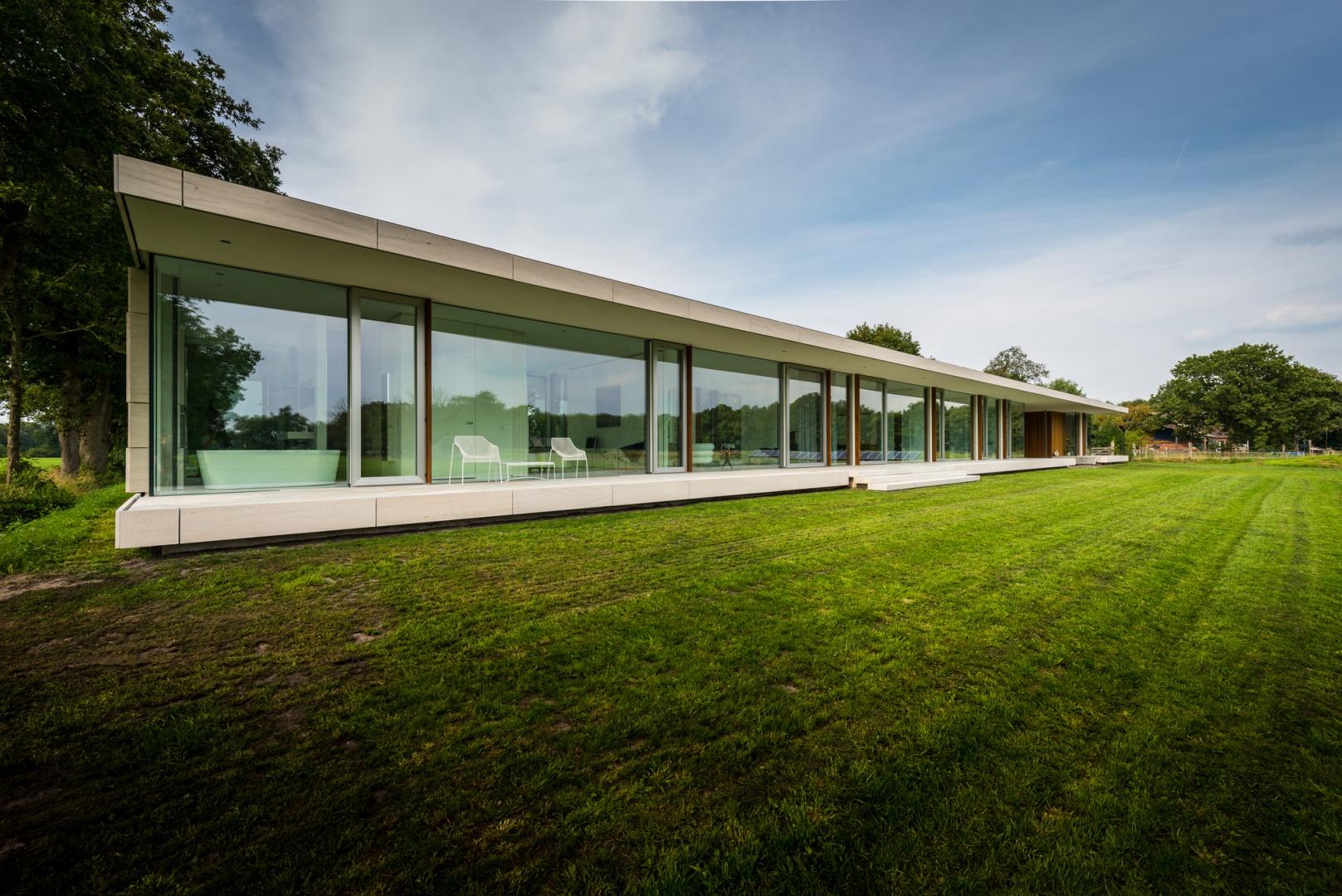 Огромный стеклянный фасад дома