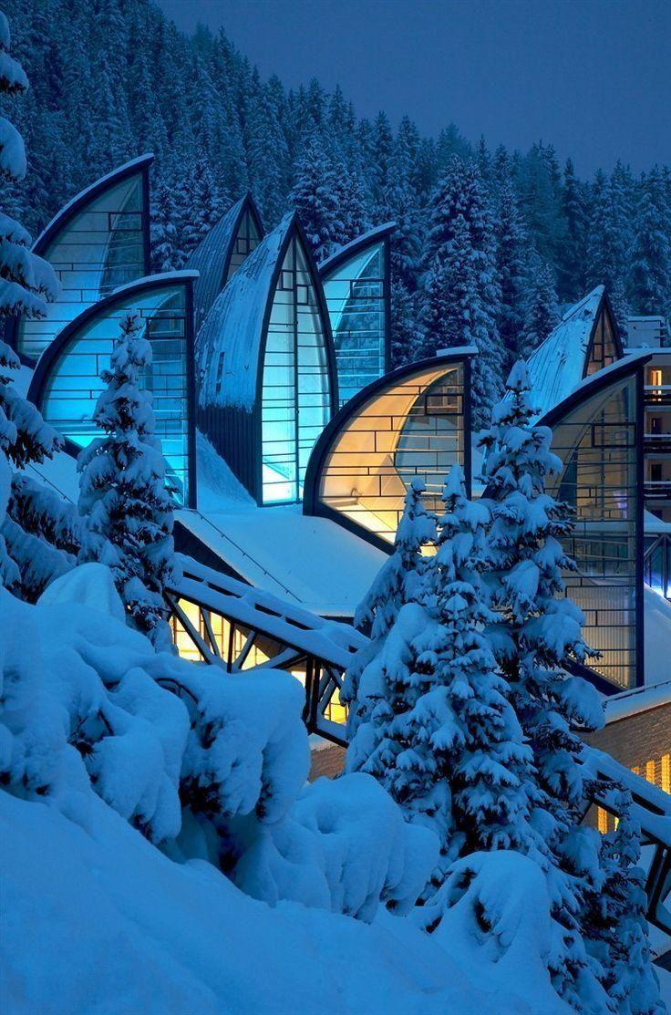 Красивое витражное остекление дома в горах
