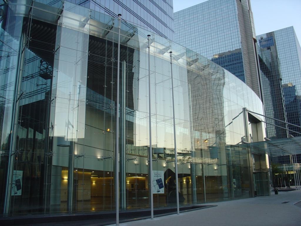 Стильное остекление фасада офисов
