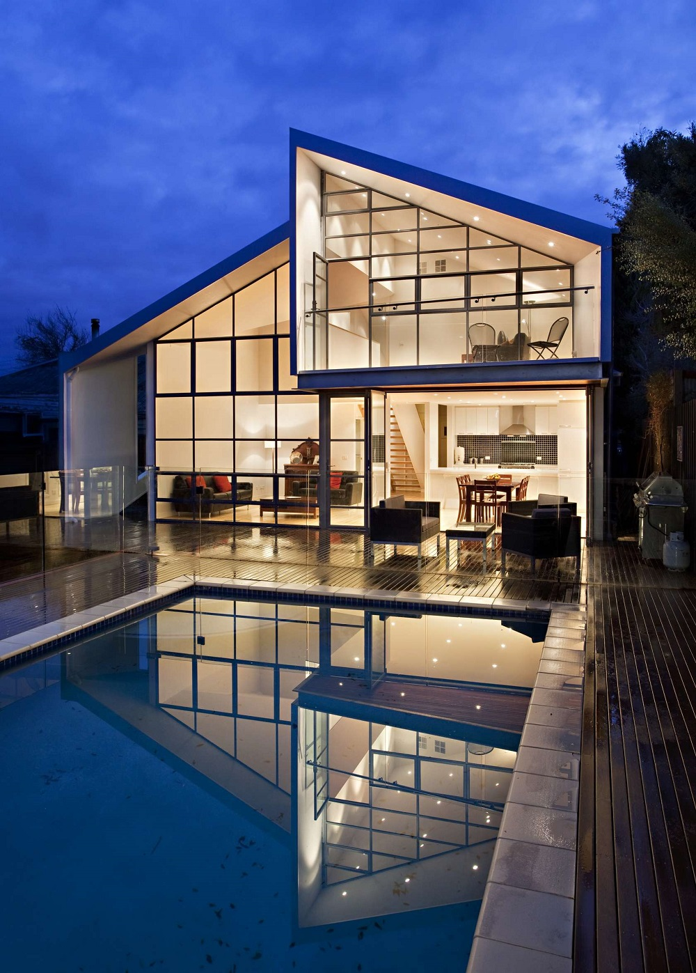 Красивое витражное остекление дома