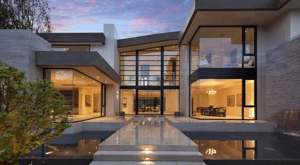 Остекление красивого большого стильного дома