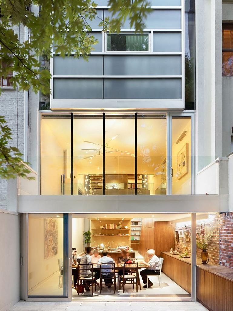 Стильное остекление современного многоэтажного дома