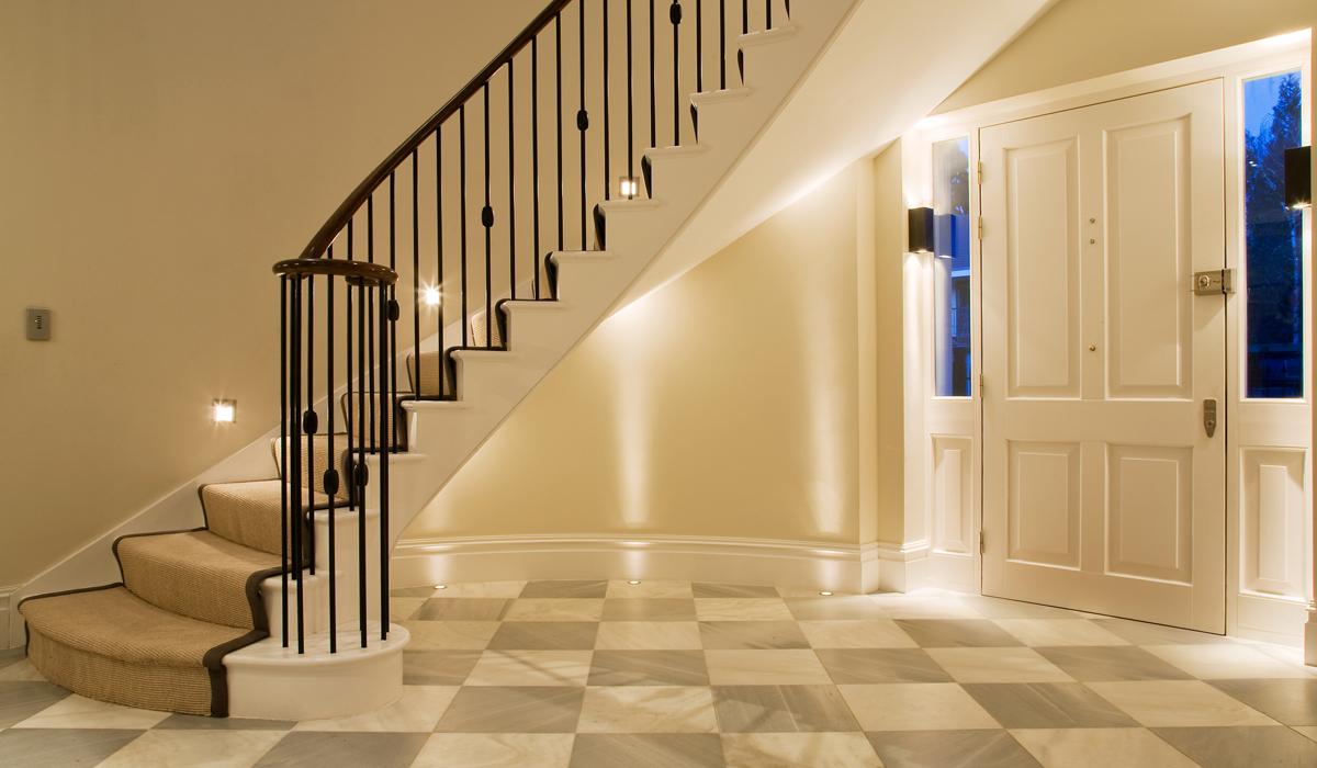 Красивое освещение в прихожей с лестницей