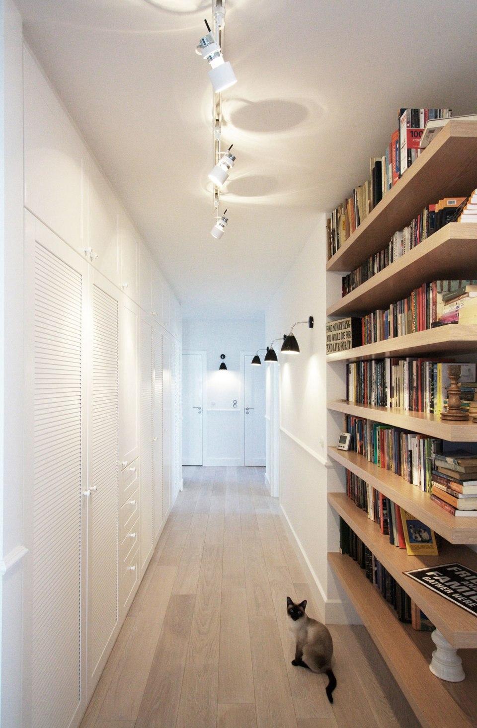 Направленное потолочное освещение и настенные светильники в коридоре