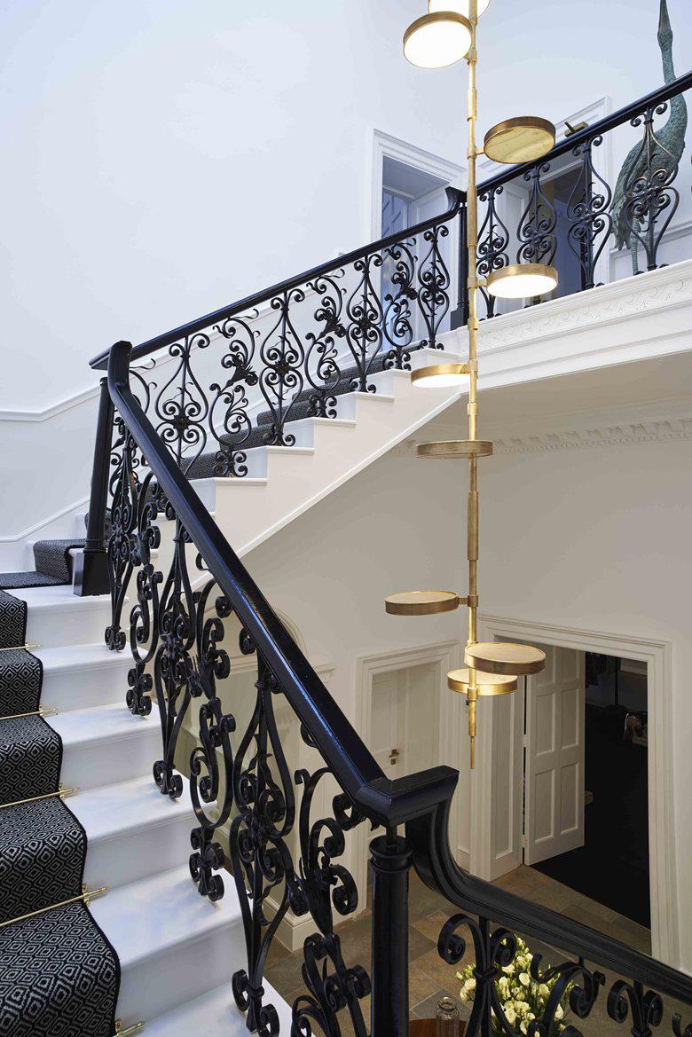 Длинная люстра в стиле модерн в доме