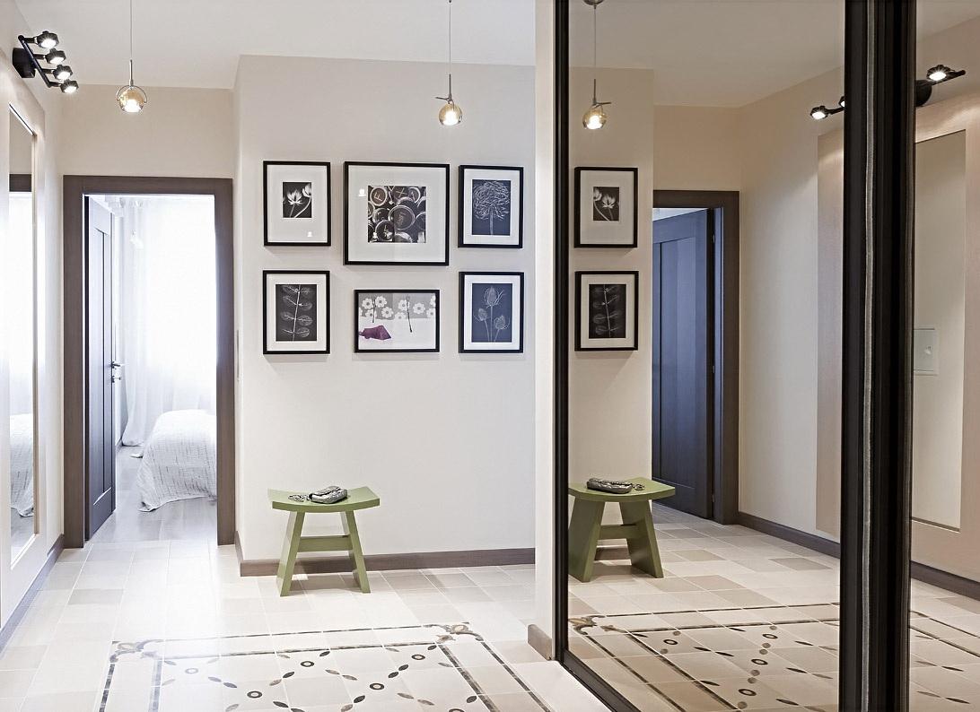Маленькие люстры и настенный светильник в коридоре