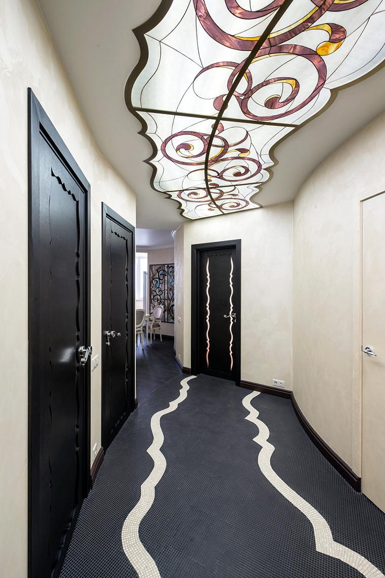 Освещение с витражным стеклом в коридоре