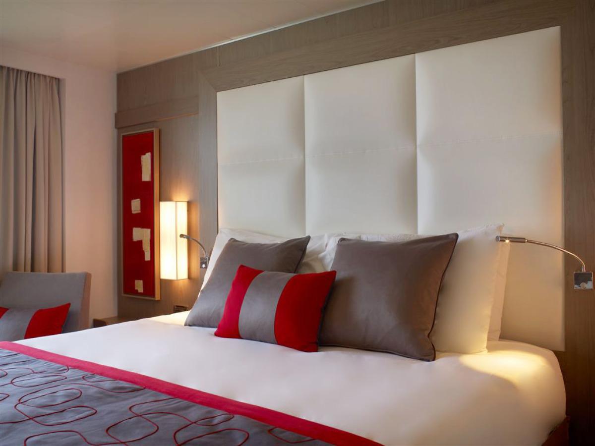 Дизайн спальни 18 кв м с мягкими панелями