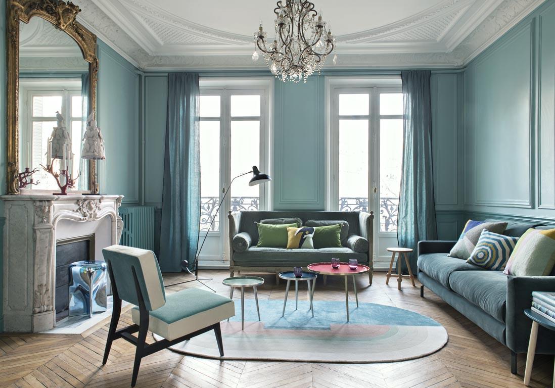 Гостиная с голубыми панелями