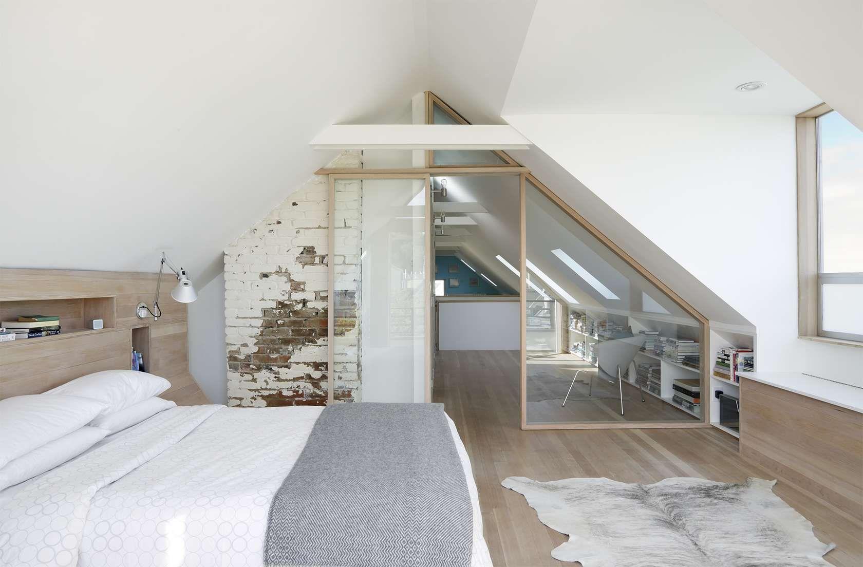 Стеклянная перегородка с дверью в мансардную спальню