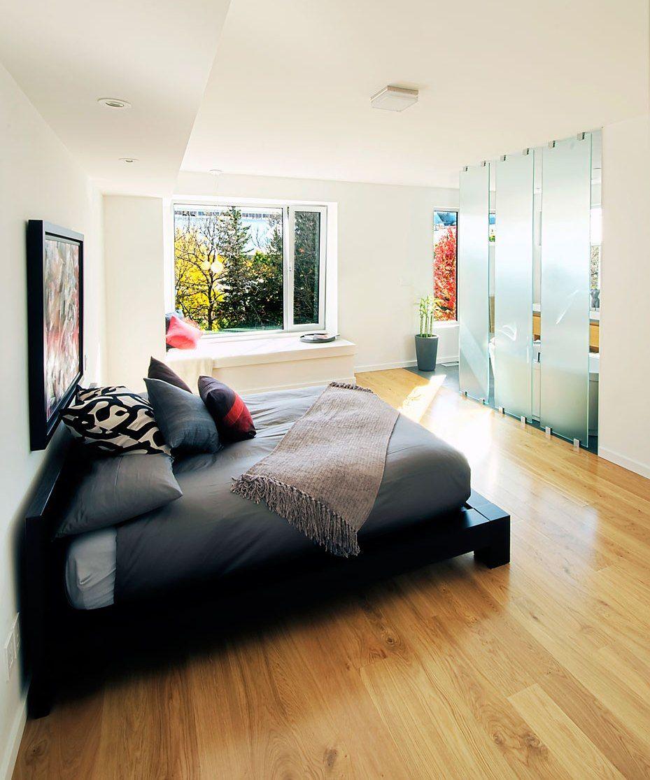 Перегородка из стекла между спальней и ванной