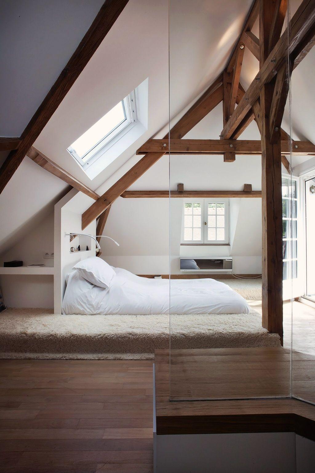 Перегородка из стекла в мансардной спальне