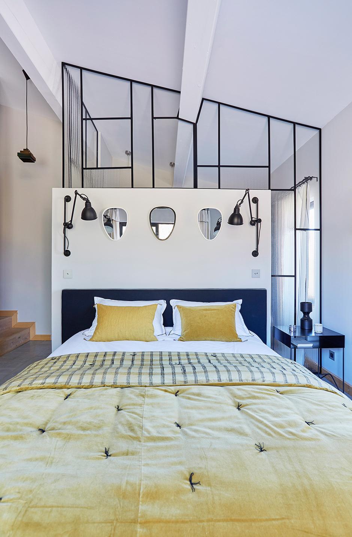 Стеклянная перегородка в светлой спальне