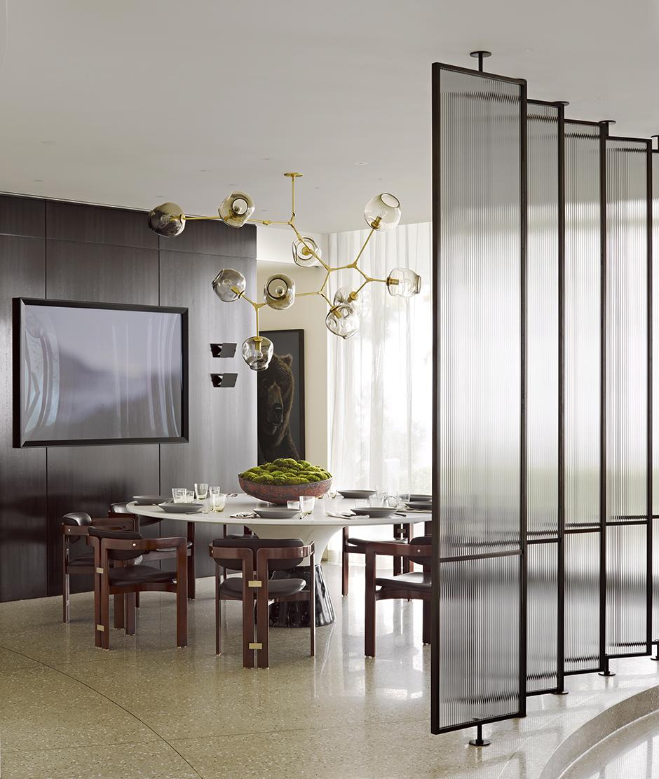 Стеклянная перегородка между гостиной и столовой