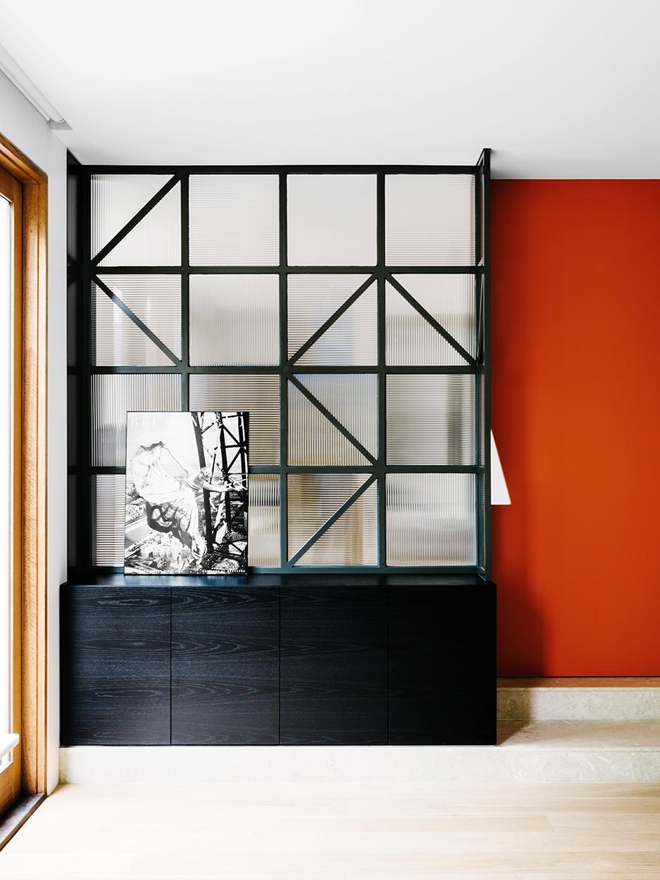Матовая стеклянная перегородка в квартире