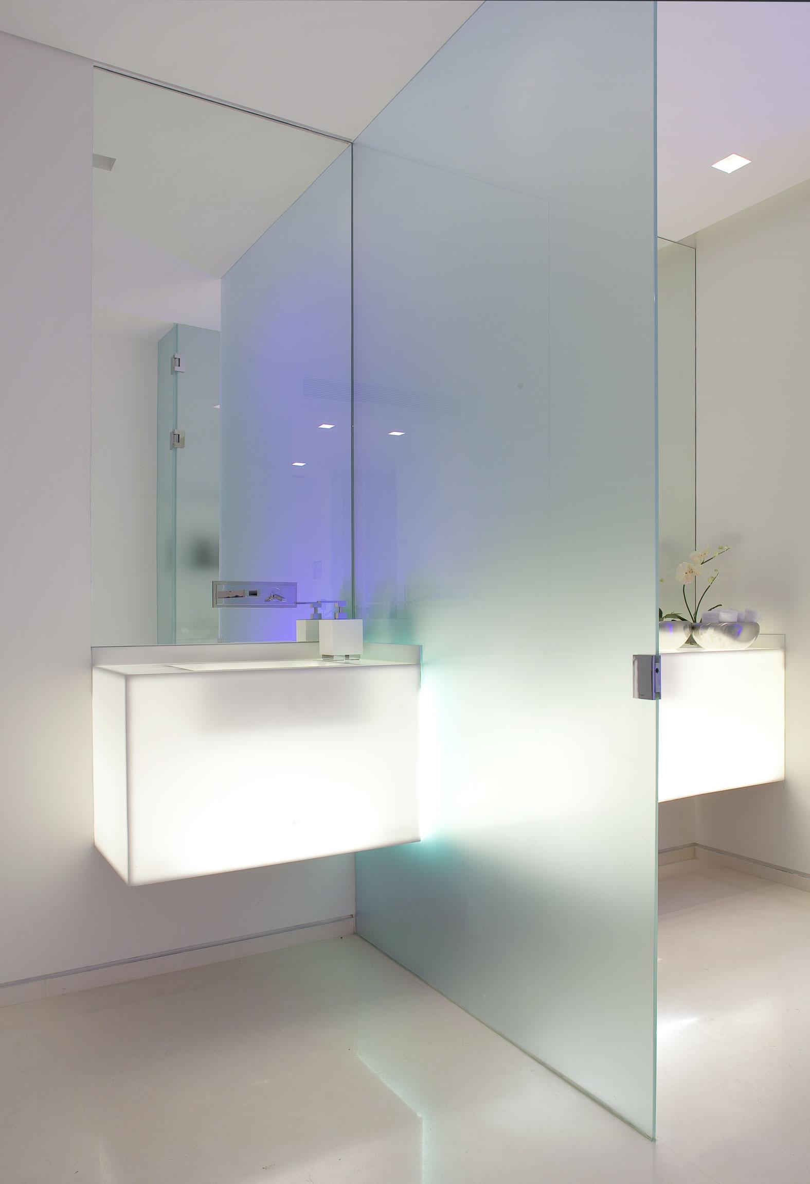 Матовая стеклянная перегородка в ванной
